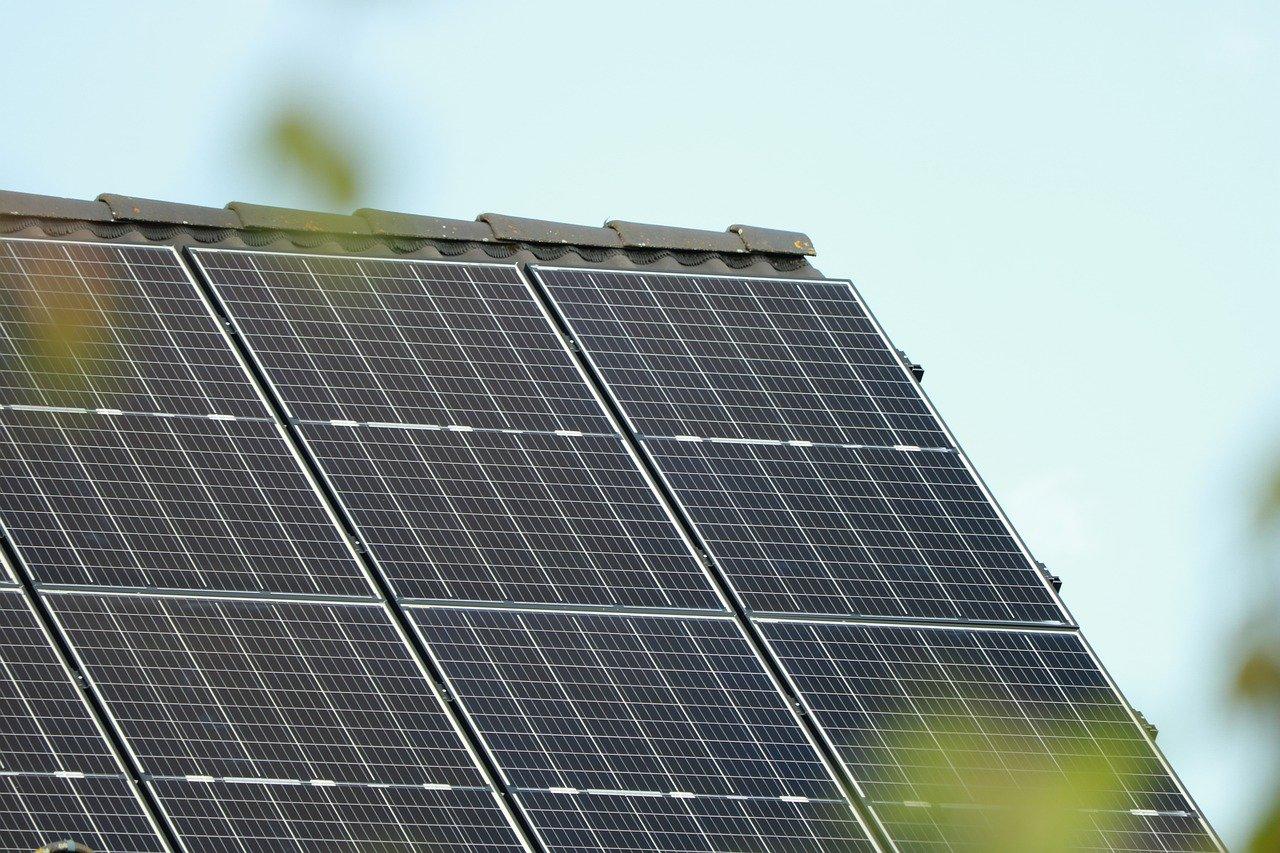 Dach mit Photovoltaik